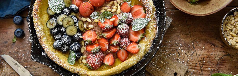 Clătită la cuptor cu ciocolată și fructe proaspete